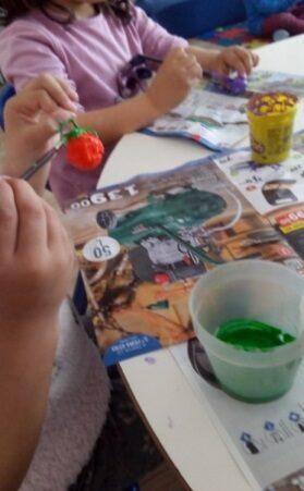 Pintura dos frutos para construção do chapéu da fantasia