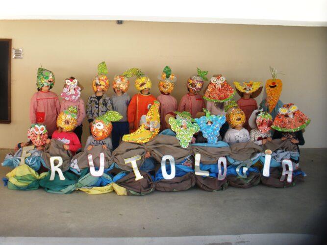 A Frutologia faz magia<br/>Uma cesta cheia de frutas acabadas de apanhar da árvore deixaram um colorido fabuloso. A foto compreende o conjunto de máscaras realizadas (um total de 19 - 1 por criança)