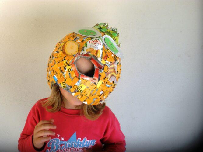 Sumo de ananás bebe o rapaz.