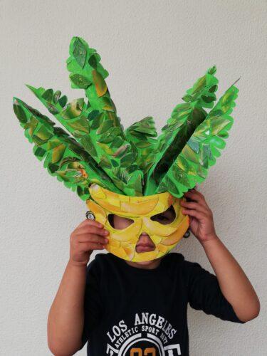 Criança usando a máscara.