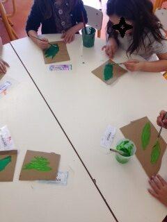 Pintura de folhas e ramagem em cartão para colocar nas frutas posteriormente.