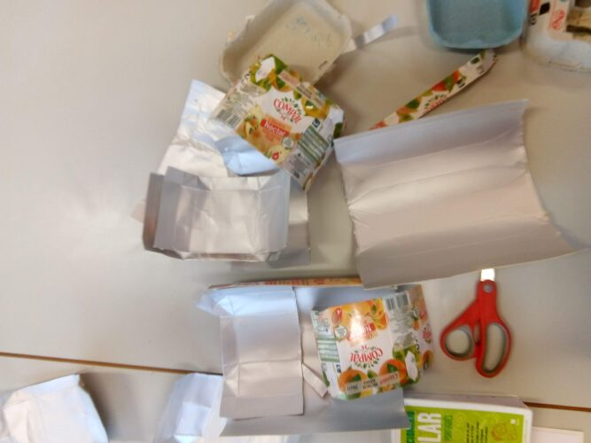 Recolha do material<br/>Os pacotes da Compal foram selecionados para serem cortados em quadradinhos e colados no molde do fruto.