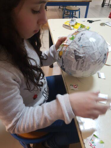 Colagem de jornal num balão para a base da máscara
