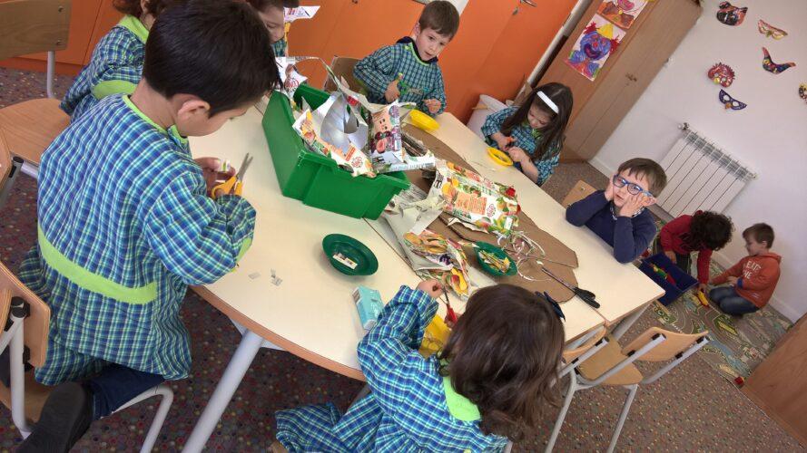 Recorte<br/>As crianças recortaram as embalagens em varias formas para depois colarem.