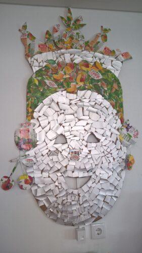 Vendedora de fruta<br/>A nossa máscara está pronta. A vendedora leva a fruta num cesto e vai vendê-la ao mercado.ao mercado.