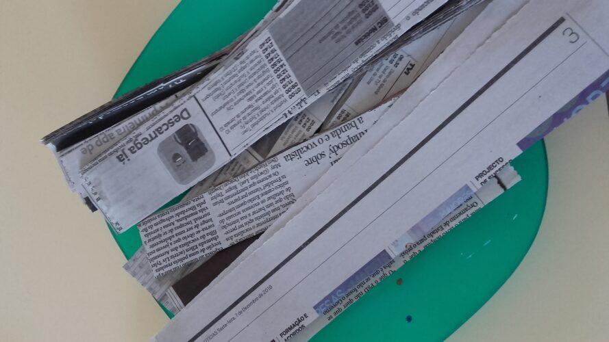 Foram recortadas tiras de papel de jornal