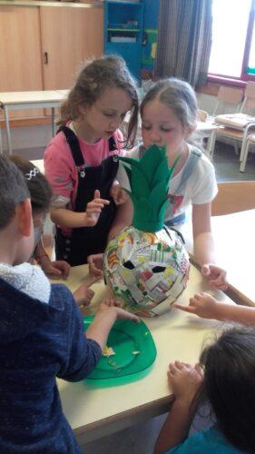 Os alunos decidiram dar mais cor ao trabalho final pelo que utilizaram a técnica de digitinta com tinta acrílica para decorar os quadrados de embalagens Tetra Pak