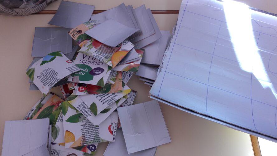 Foram recortados quadrados de embalagens Compal – Tetra Pak recolhidas pelos alunos para o efeito