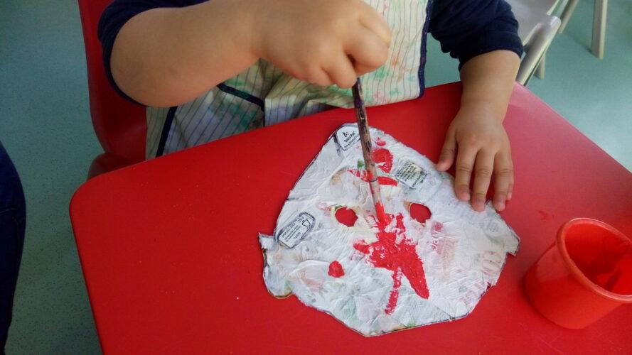 Cada criança pintou a sua máscara.