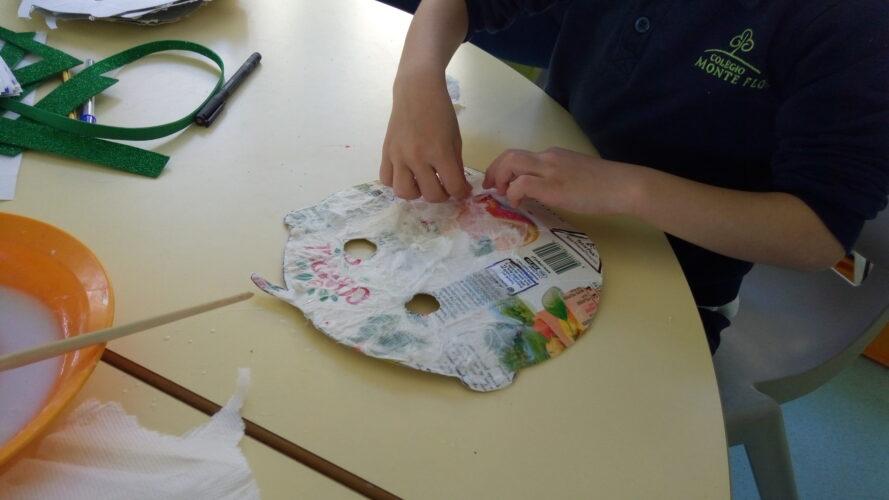 Cada criança rasgou e colou papel de cozinha com cola branca na sua máscara.
