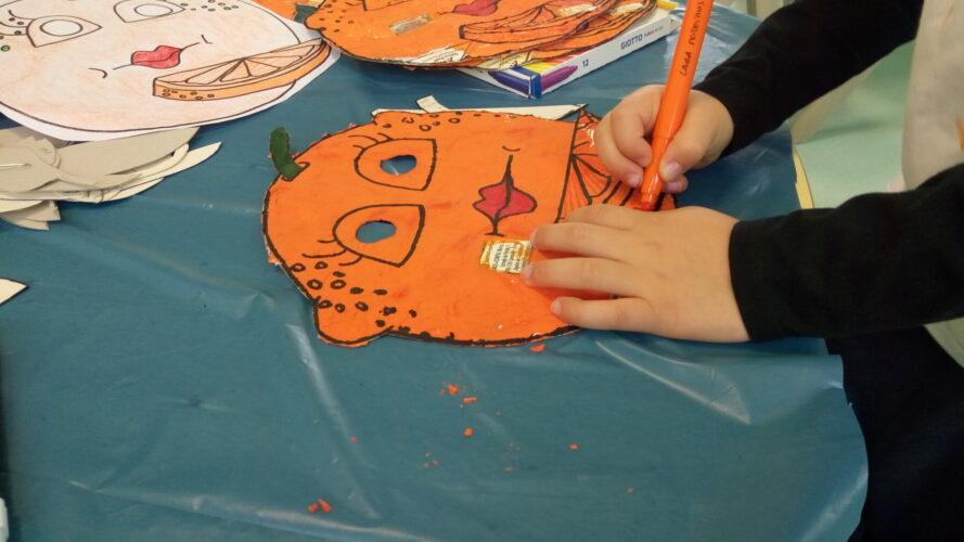 Cada criança contornou com marcadores os pormenores da sua máscara.