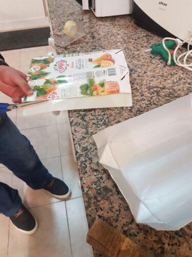 Preparação das embalagens de sumo Compal (abrir, limpar e recortar).