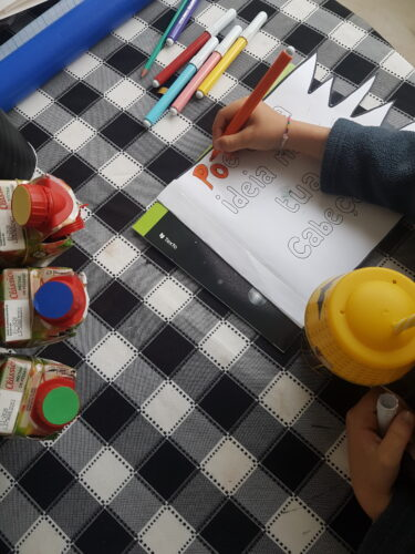 Preparação dos ecopontos (embalagens pequenas da Compal) e pintura das letras da bandeira.