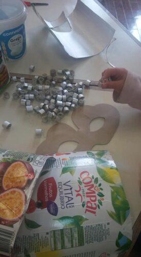 Construção de rolos, elaborados com as tiras das embalagens da Compal / Tetra Pak, para colocação em cima da base de cartão com a forma de um morango.