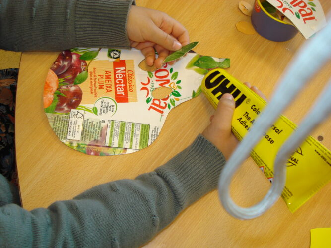Decoração da máscara com outras colagens também de embalagens (folhas).