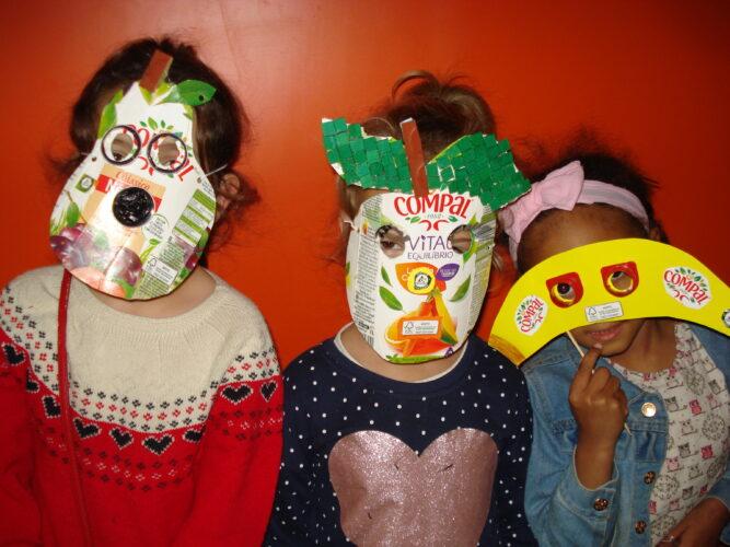 As crianças com as máscaras.