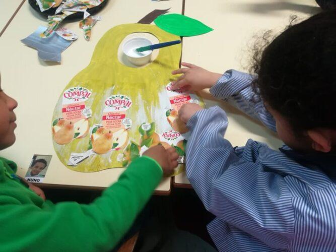 Recorte das imagens do fruto (pêra) das embalagens da Compal, do logótipo da Tetra Pak e da marca FSC, e colagem no molde.
