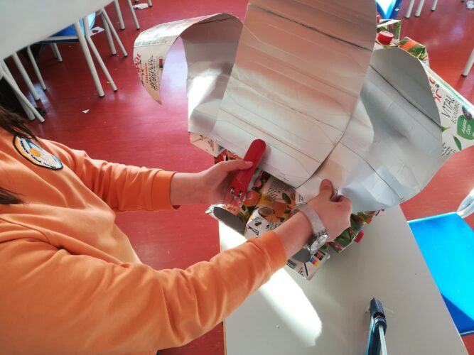 Utilização de agrafes para prender as folhas ao morango