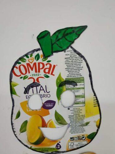 A Pêra - Máscara construída a partir de um pacote de Compal e o recurso ao desenho, pintura e recorte das folhas.