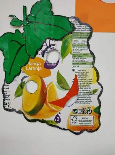 O Cacho de Uvas - Máscara construída a partir de um pacote de Compal e o recurso ao desenho, pintura e recorte das folhas.