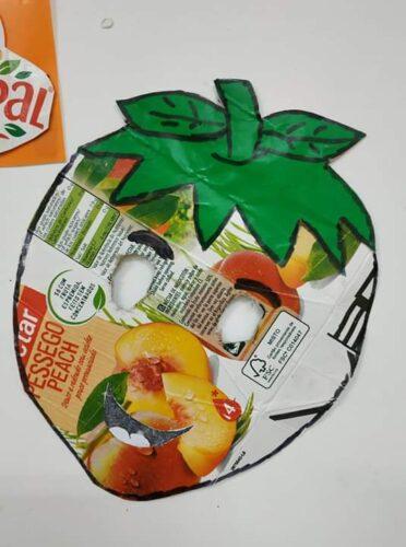 O Moranguinho - Máscara construída a partir de um pacote de Compal e o recurso ao desenho, pintura e recorte das folhas.