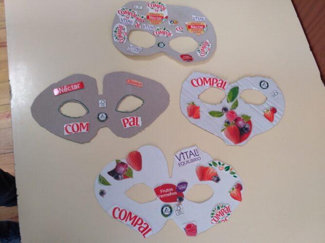 Estudo do tipo de recorte , colagem de símbolos e frutos.