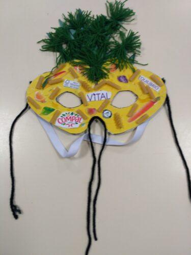 Máscara com decorações finais.