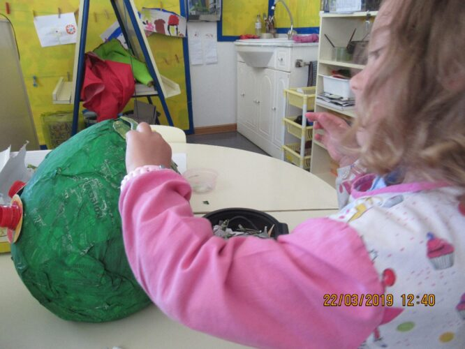 Pintar o balão com tinta acrílica verde