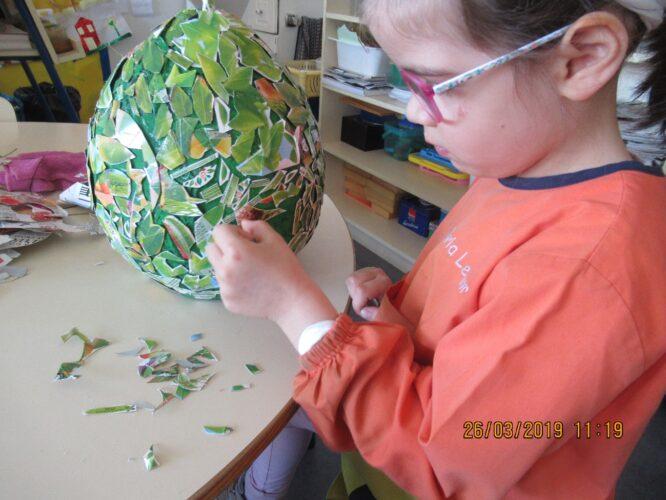 Colar as embalagens cortadas aos bocadinhos no balão