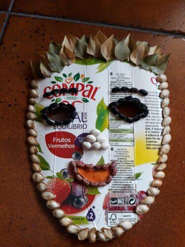 Máscara do 3.º CEB<br/>A partir das embalagens de sumos Compal, cada aluno elaborou a máscara usando sementes e/ou outros materiais da natureza.
