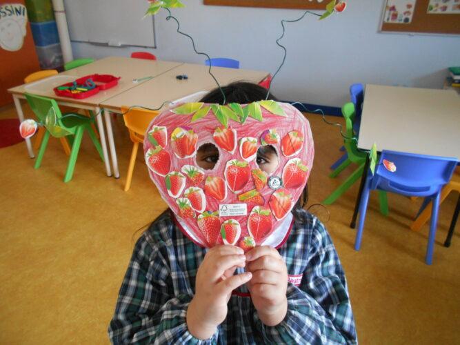 Máscara com os frutos colados.