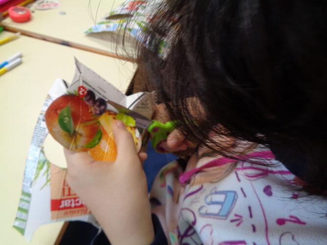 Os alunos do 2º e 3º anos recortaram as palavras Compal, os frutos e os logótipos Tetra Pak, FSC.