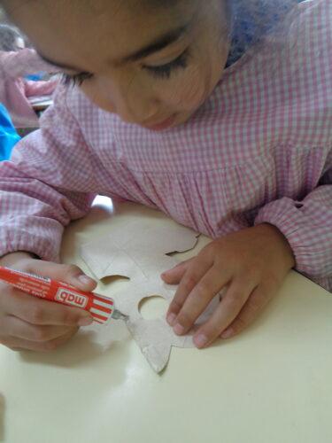 No jardim de infância todos quiseram ajudar a colar as imagens recortadas pelos colegas do 2º e 3º anos. Utilizamos cola de tubo e fita cola dupla.