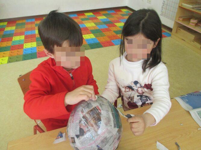 Cobrir o balão com tiras de papel de jornal embebido em cola