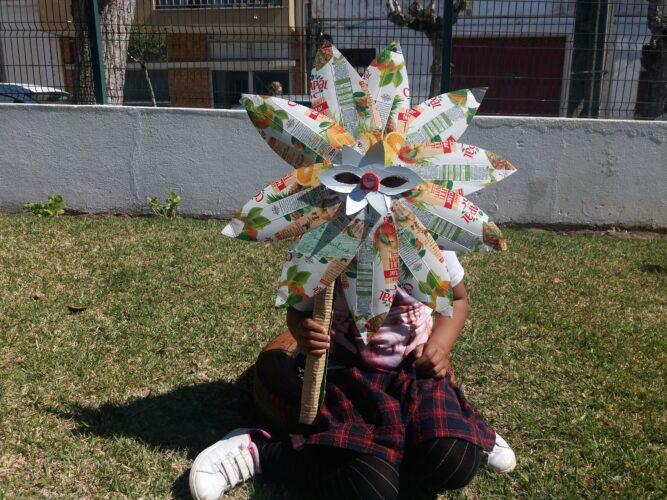 Brincar com o Ananás<br/>Os alunos brincaram ao carnaval, no jardim / recreio da escola com a máscara, e beberam o sumo das embalagens utilizadas, para se refrescarem. Assim reforçou-se a importância do consumo de sumo de fruta.