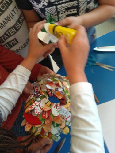 Continuação da construção da máscara, com colagens dos elementos que a compõem