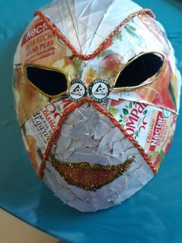 Máscara quase completa com visualização do símbolo da Tetrapak.