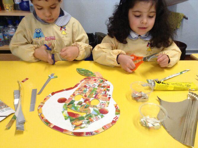 As crianças ajudaram no recorte de pedaços mais pequenos.