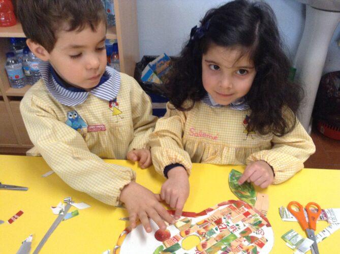 As crianças ajudaram na colagem dos mesmos papeís