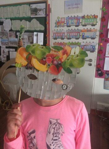 Uma aluna com a máscara.