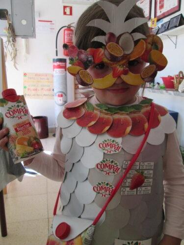 Detalhe da parte de cima do vestido, da carteira, da máscara e do brinde dos Eco-Nectaritos com o sumo Compal Néctar Tutti Frutti.