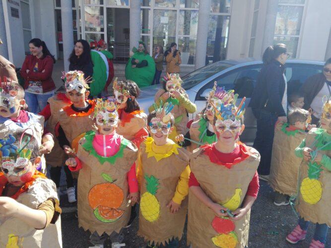 Desfile de Carnaval, onde se podem observar diversas mascarilhas.
