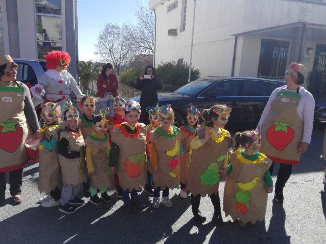 Desfile de Carnaval, onde se podem observar outros modelos de mascarilhas.
