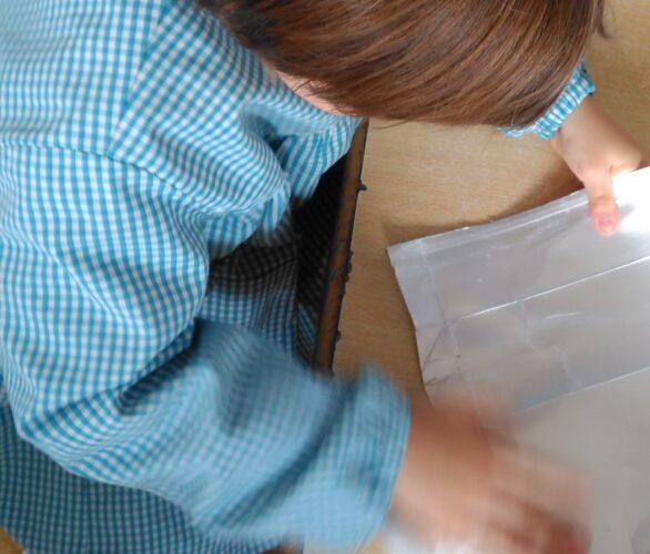 As embalagens recolhidas foram devidamente lavadas e enxugadas com a ajuda de algumas crianças, que se ofereceram para o fazer.