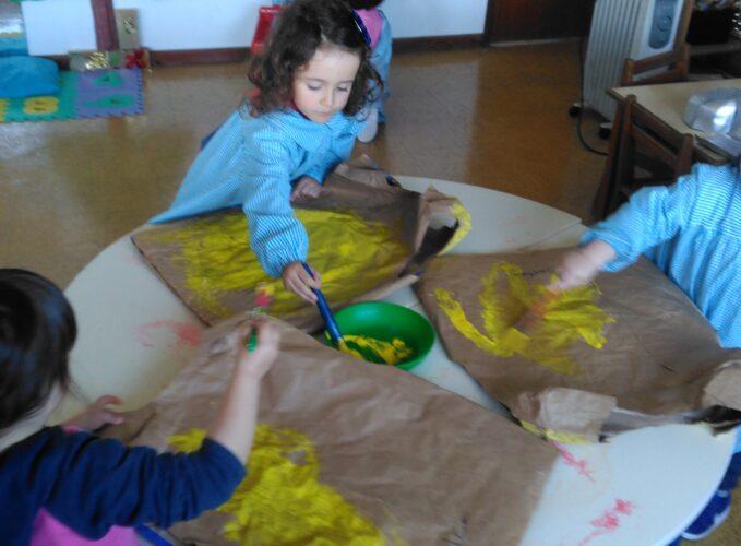 Cada criança pintou o seu fato, da cor do fruto por si escolhido.