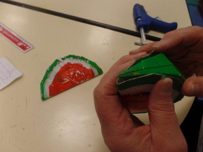 Depois de todos os frutos serem desenhados, recortados e pintados sobre as embalagens de sumo da marca Compal, procedemos, com a ajuda dos adultos à sua montagem. Para tal, utilizámos cola quente por permitir uma colagem mais eficaz.