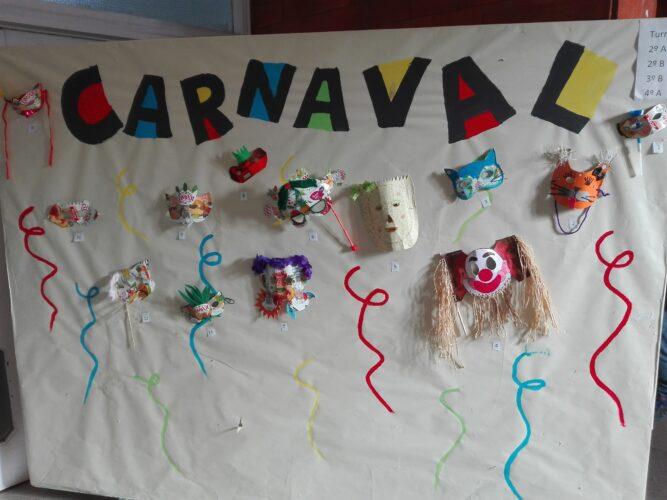 Exposição de máscaras na escola.