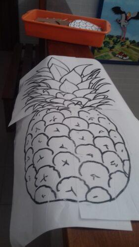 O esboço do ananás já desenhado.