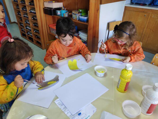 Crianças pintam o seu fruto preferido