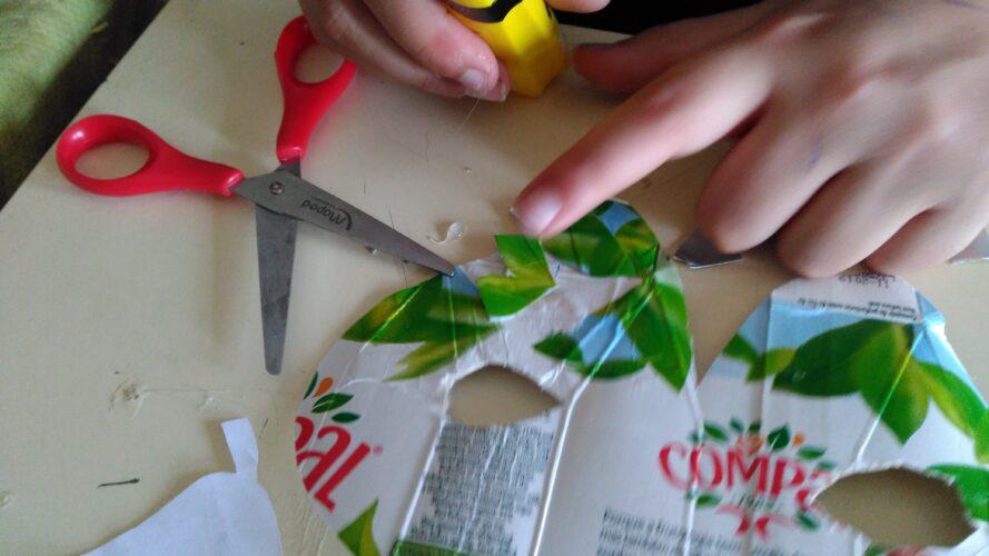 Colagem de pequenas peças de tetrapack